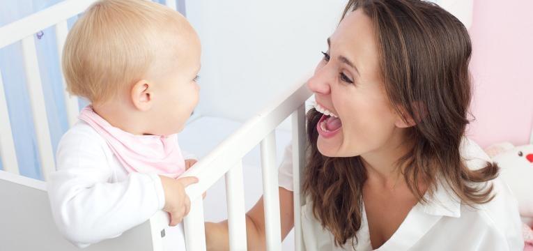 olhar para o bebe enquanto fala