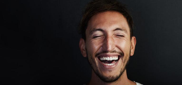 Doença bipolar: homem com sintomas de mania
