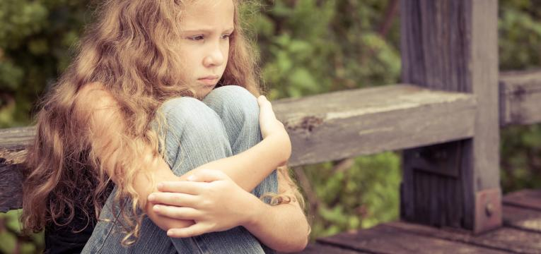 crianca com pensamento distante