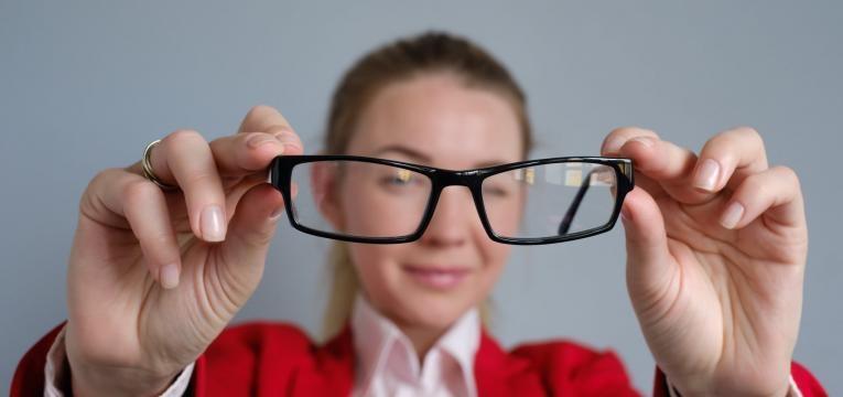 mulher com astigmatismo