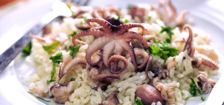 Polvo dourado com arroz primaveril