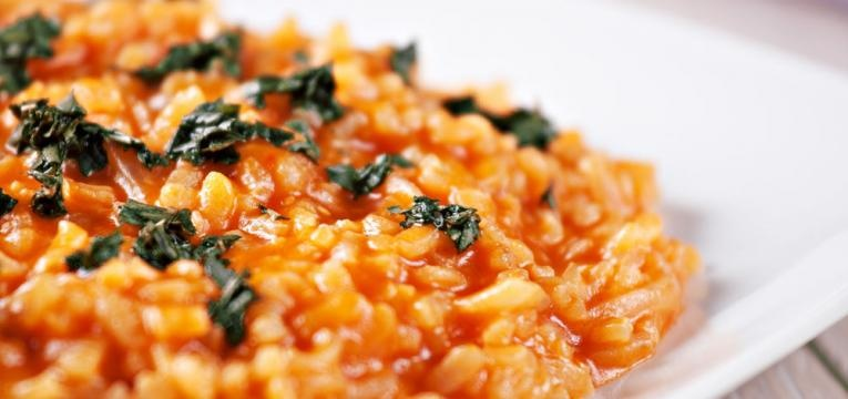 Risotto vegetariano de tomate com manjericao