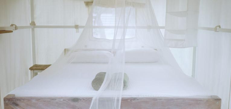 cama com rede mosquiteira