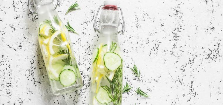 agua aromatizada com pepino, limao, hortela e gengibre