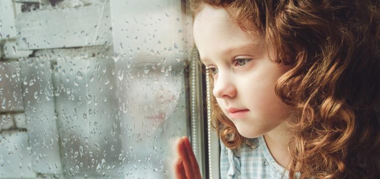 menina apatica e triste