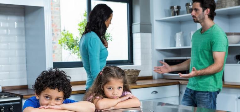 criancas a ouvirem os pais a discutir