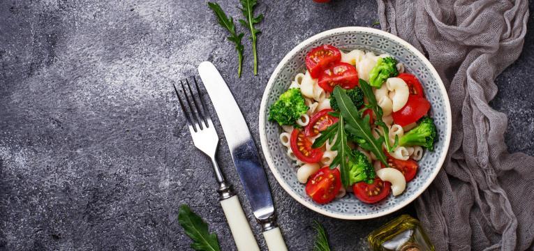 Massa proteica com tomate cherry e rucula