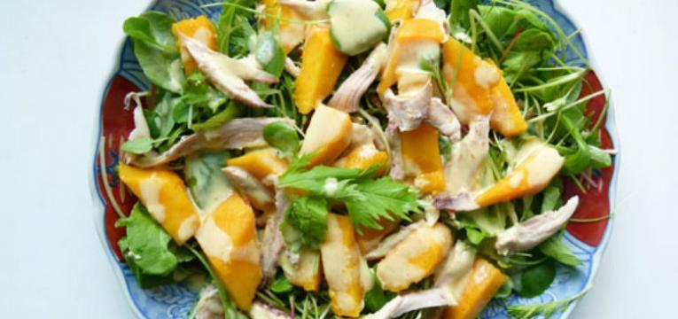 Salada de frango com manga e maca