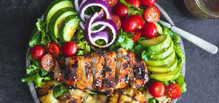 Salada de frango com molho Teriyaki