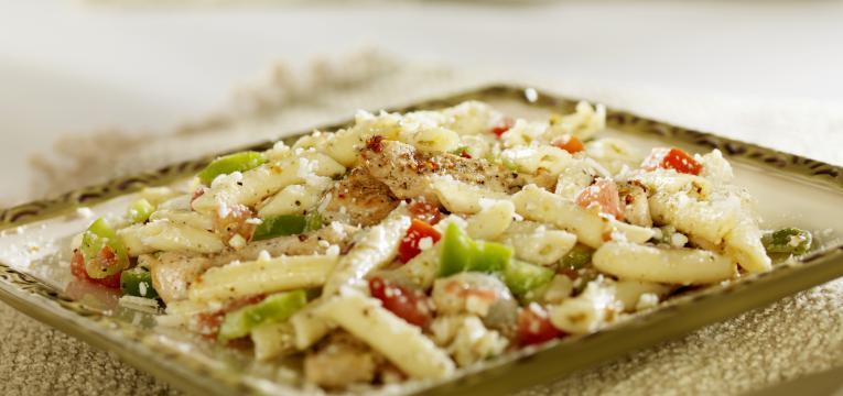 Salada de massa proteica com queijo feta e frango