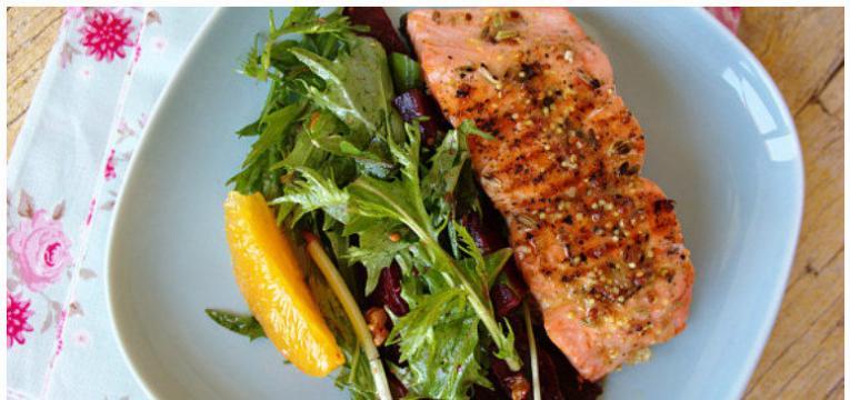 Salada de mizuna com manjericao beterraba laranja e salmao grelhado