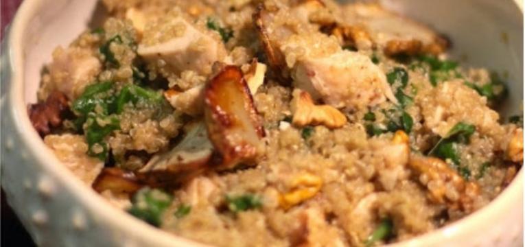 Salada de quinoa com espinafres nozes frango e alcachofras de Jerusalem