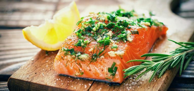 peixe com alho em sinergia alimentar