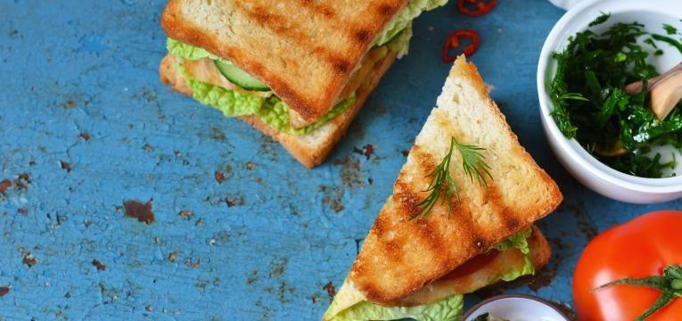 Sanduíche de frango com tomate e uúcula