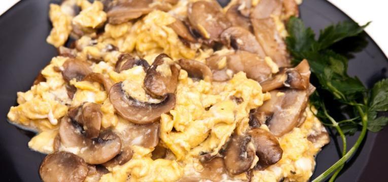 Ovos mexidos com cogumelos e alheira de Mirandela