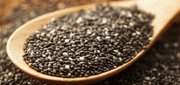 sementes numa colher de madeira