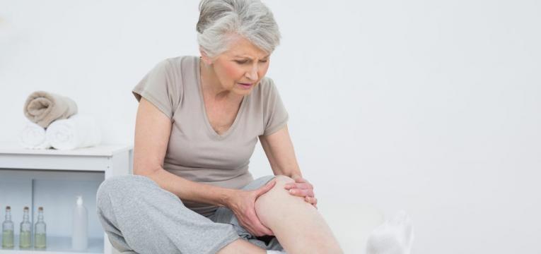 senhora de idade com dores nas pernas