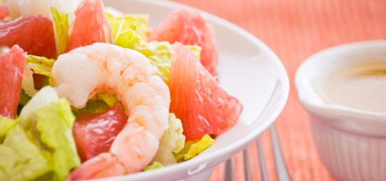salada de camarao e toranja