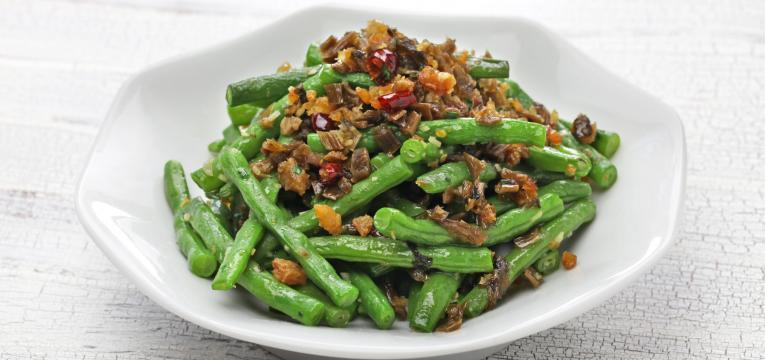 Feijao verde com sementes de mostarda e alho