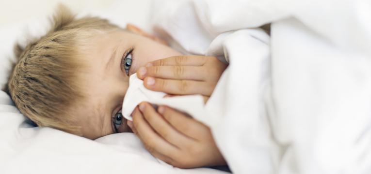 doencas mais comuns no infantario e menino constipado