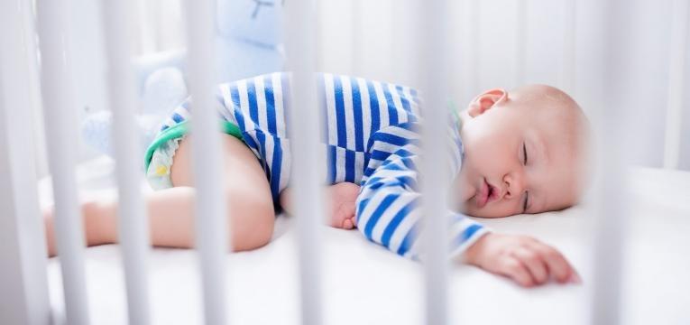 bebe aos 10 meses e bebe a dormir no seu berco