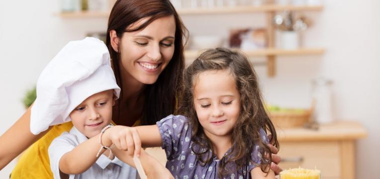ensinar valores basicos e cozinhar com filhos