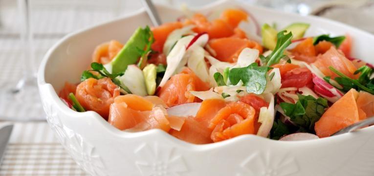 Salada verde com salmao fumado