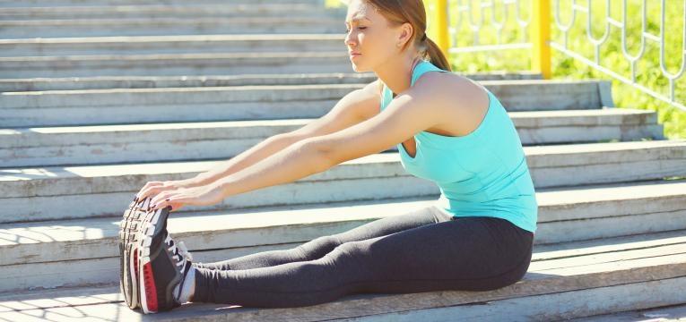 alongamento as pernas e a coluna