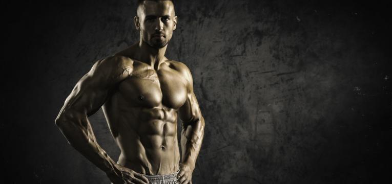 treino de forca e corpo forte e musculado