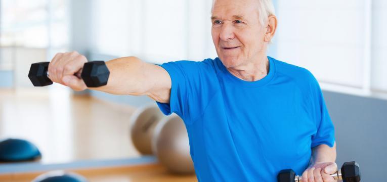 senior a praticar exercicio