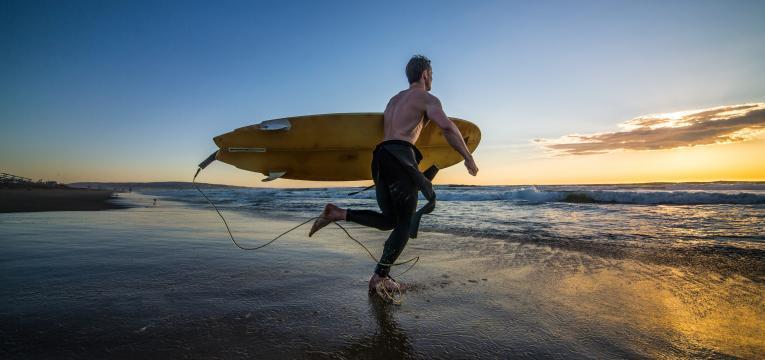 Surfista em disfarces de carnaval para quem adora desporto
