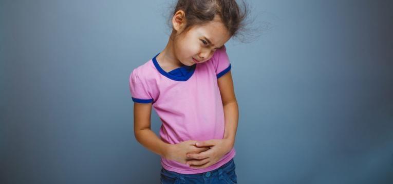 menina com dor de barriga