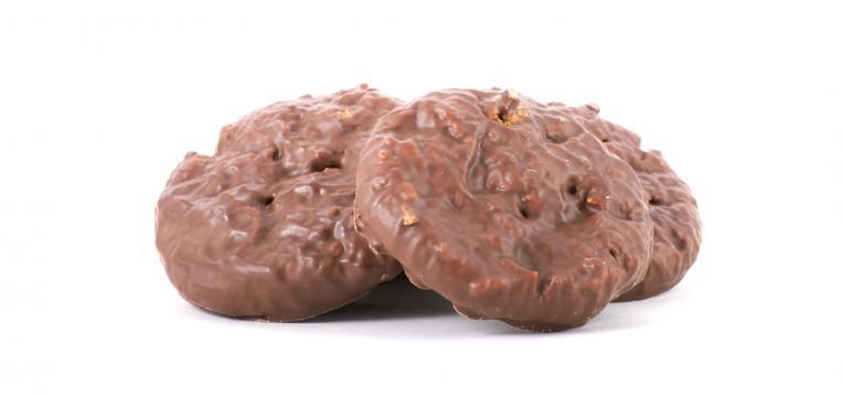 Bolachas de avelas cobertas com chocolate