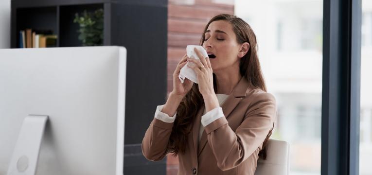 mulher com espirros constantes