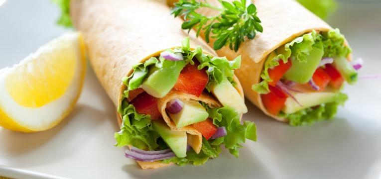 Wrap de legumes com abacate