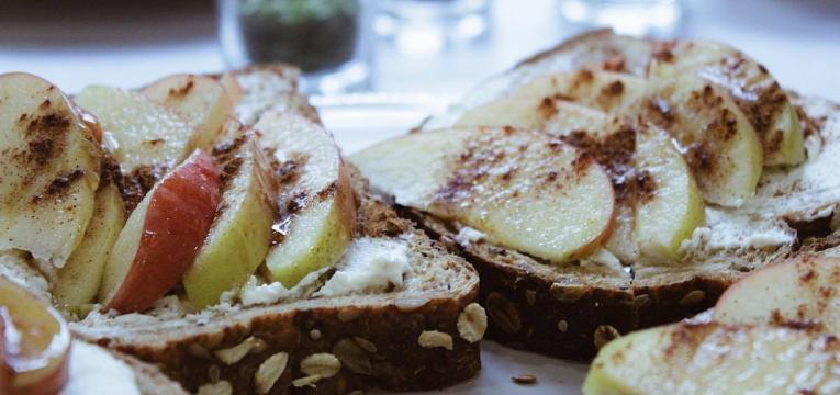 Tostas energeticas de queijo ricota maca mel e canela