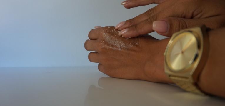 truques para umas maos bonitas e hidratadas esfoliacao das maos