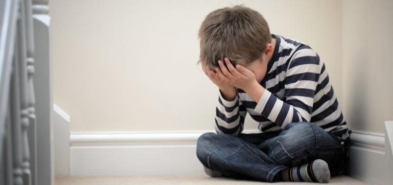 coisas que os pais divorciados nao devem fazer e menino a chorar
