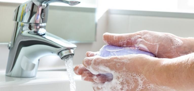 desinfetar e lavar as maos