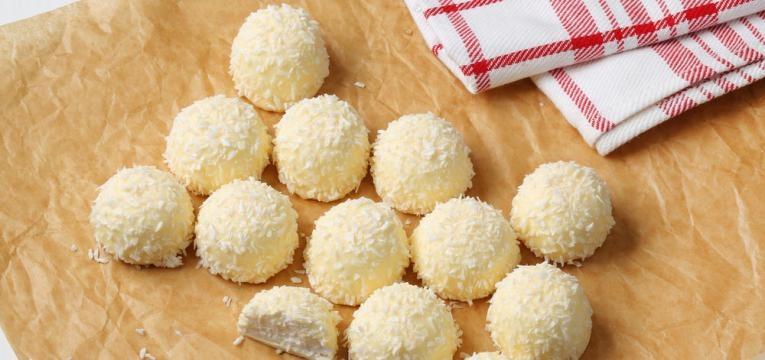 Beijinhos de coco com chocolate branco