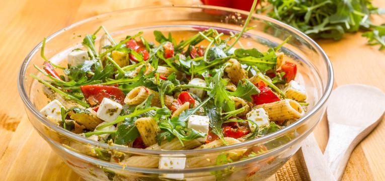 Salada de penne ao pesto