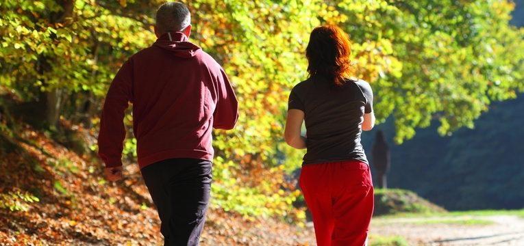 casal a caminhar ao ar livre