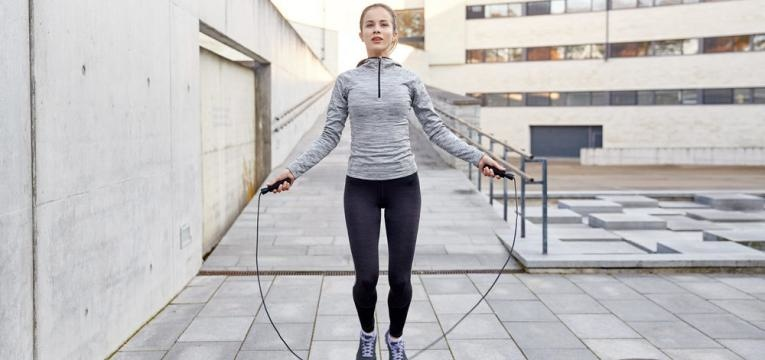 Saltar a corda ao ar livre