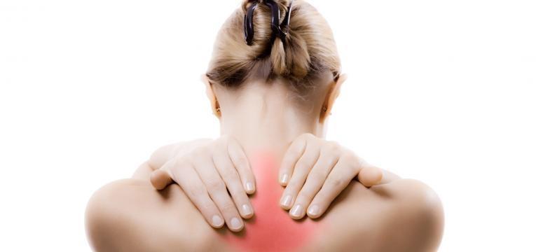 mulher com dores musculares constantes