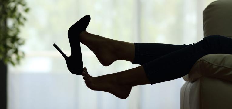 tirar os sapatos