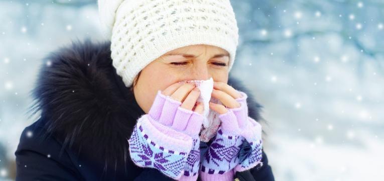 suportar o frio com gorro, luvas e cachecol