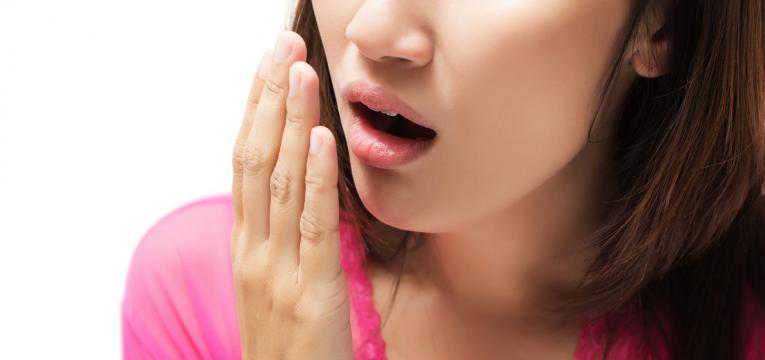 mau hálito e periodontite