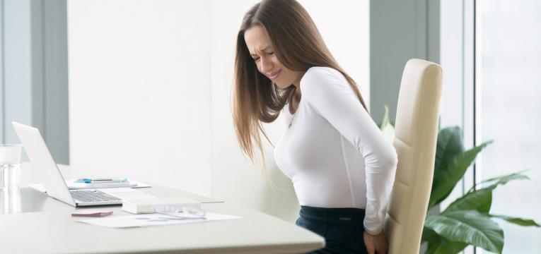 Mulher a sofrer com hemorroidas