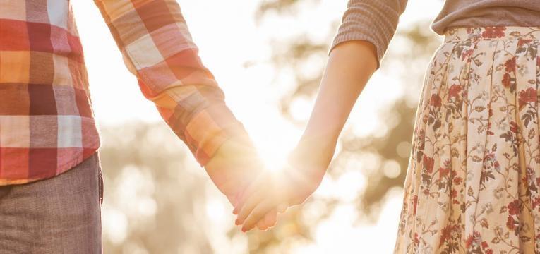 casal unido a passear