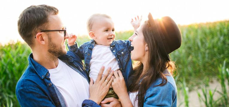 beneficios de abracar o bebe